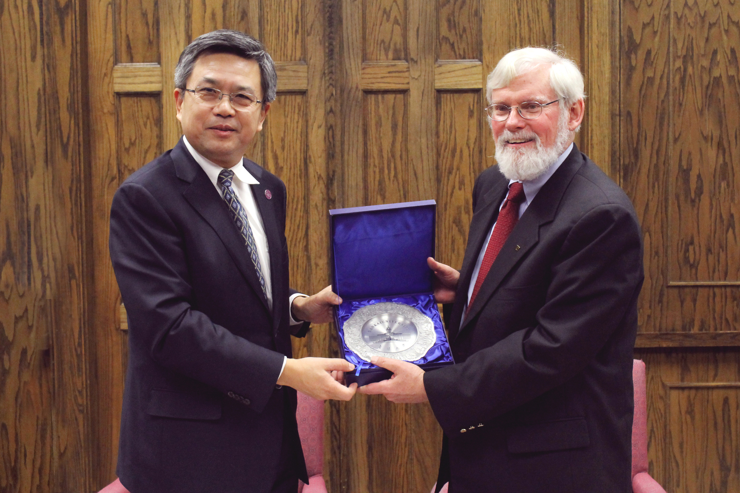 Ke presenting Pershing with commemorative plate from Nankai University at signing ceremony, Thursday Nov. 19, 2013.